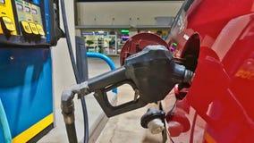 Bilpåfyllning med gas royaltyfri foto