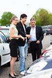 bilparförhandlare som ser gården Arkivfoton