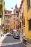 Bilparkering i en mitt av Verona Arkivfoto