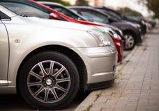 Bilparkering i en stad royaltyfria foton