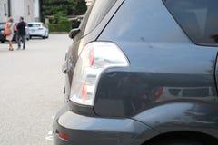 Bilparkeringsplats utanför ljust slut upp Fotografering för Bildbyråer