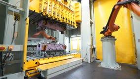 Bilproduktionslinje av roboten arkivfilmer