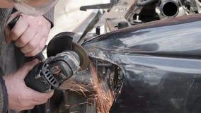 Bilreparation efter krasch lager videofilmer