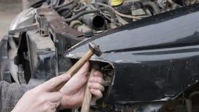 Bilreparation efter krasch stock video