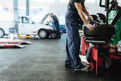 Bilreparationen shoppar med att arbeta för mekaniker arkivfoton