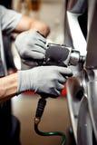 Bilreparationsservice: ändra ett gummihjul första säkerhet fotografering för bildbyråer
