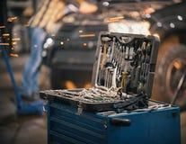 Bilreparationsservice Ett fall för arbetshjälpmedel arkivbilder