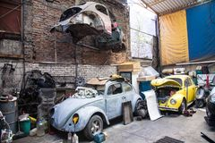 Bilreparationsstation med populärt i Mexico gamla Volkswagen Beetle Royaltyfri Foto