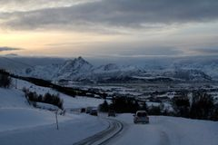 Bilridning in i framdelen av naturen på Lofoten öar av Norge arkivfoton