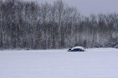 Bilsammanbrott i snöig väg/landskap i fransk bygd under vinter arkivfoto