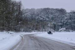 Bilsammanbrott i snöig väg/landskap i fransk bygd under vinter fotografering för bildbyråer