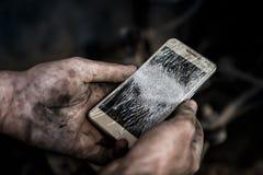Bilservicearbetaren bröt telefonen royaltyfri bild