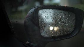 Bilsidospegel med att regna medan trafikstockning