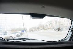 Bilsikt från bakre exponeringsglas med torkare Arkivfoto