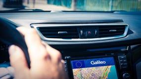 Bilskärm som visar det offentliga systemet för EU Galileo Navigation eller EGNOSEN arkivbilder