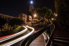 Bilslingor på natten på den Lomard gatan, San Francisco fotografering för bildbyråer