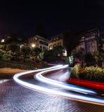 Bilslingor på natten på den Lomard gatan, San Francisco royaltyfri foto