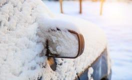 Bilspegel i snön Royaltyfria Foton