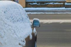 Bilspegel i snön Arkivbild