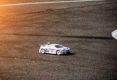 Bilsport, radio-kontrollerad bil som fortskrider asfaltvägen, bilsportkonkurrens royaltyfri foto