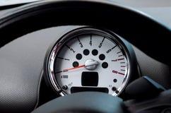 Bilstyrninghjul och takometer royaltyfri foto