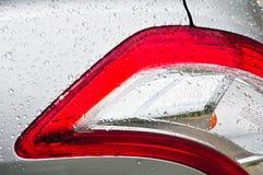 Bilsvansljus med vattendroppe royaltyfria foton