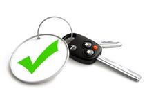 Biltangenter med godkänt fästingsymbol på den nyckel- cirkeln Begrepp för ungefärligt Royaltyfri Fotografi