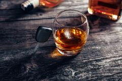 Biltangenter på exponeringsglas med whisky Arkivbild