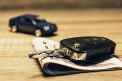 Biltangenter, sedlar och bilmodell som begreppet av att köpa eller att hyra en bil royaltyfri foto