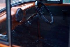 Biltaxi till och med exponeringsglas svart styrningshjul Royaltyfria Foton