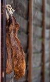 Biltong - séchez la viande corrigée sur une frontière de sécurité en bois Photo libre de droits