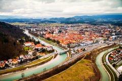 Biltrafik i Celje, Slovenien Bro över den Savinja floden arkivbild