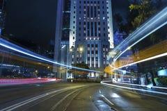 Biltrafik i stad på natten Royaltyfria Bilder