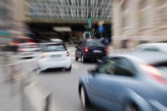 Biltrafik i staden Arkivbilder