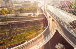 Biltrafik på bron Arkivbilder