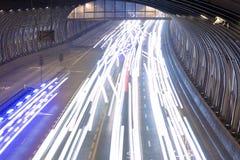 Biltrafik på den snabba vägen Fotografering för Bildbyråer