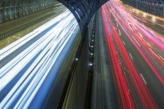 Biltrafik på den snabba vägen Arkivbild