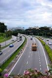 Biltrafik på en central Singapore vägartär Royaltyfri Fotografi