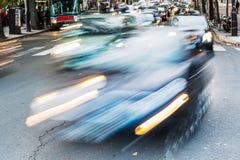 Biltrafik på en parisisk gata i rörelsesuddighet Royaltyfria Bilder