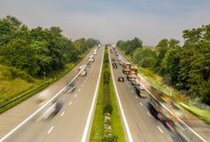 Biltrafik på huvudvägen i Tyskland Arkivbild