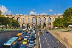 Biltrafik på Istanbul Turkiet Royaltyfria Foton