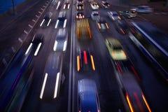 Biltrafik på natten. Suddig bakgrund för rörelse. Royaltyfria Foton