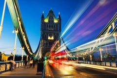 Biltrafik på tornbron på natten i London, UK Arkivfoto