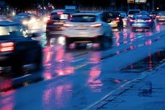 Biltrafik som kör i snabb hastighet under hällregn suddigt tävla Fotografering för Bildbyråer