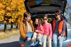 Bilturen på höstfamiljsemester, lyckliga föräldrar och ungar reser Arkivbild