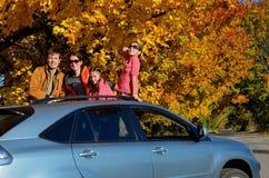 Bilturen på höstfamiljsemester, lyckliga föräldrar och ungar reser Royaltyfria Bilder