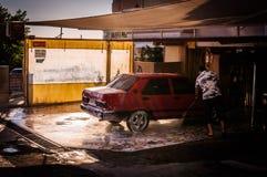 Biltvätt i liten stad Arkivbild