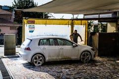 Biltvätt i liten stad Fotografering för Bildbyråer