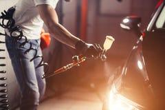 Biltvätt- och beläggningsaffär med den keramiska beläggningen Bespruta fernissa till bilen arkivbild