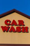 Biltvättaffärstecken med röda bokstäver Arkivfoton